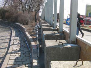 März 2010: Die Betonblöcke, die als Halterung für die Stützen dienen.