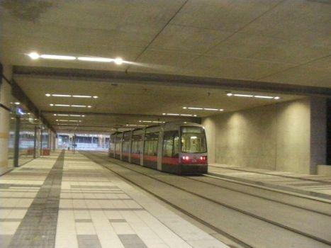 Unterführung  Karl-Popper-Straße: Zu sehen ist der Teil, in dem die Straßenbahnlinie D den Hauptbahnhof unter den Gleisen quert. Links sind die Eingänge zur kleinen Bahnhofshalle Ost mit den Zugängen zu den Bahnsteigen. Rechts hinter der Betonwand befindet sich der zweite Teil der Unterführung mit vier Fahrspuren, zwei Einrichtungs-Radwegen und einen Gehweg auf der östlichen Seite.