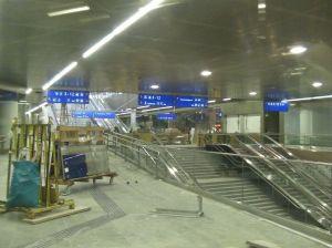 Blick auf die Ebene -01. Über den Abgang im Vordergrund gelangt man zum Verbindungsgang, der zur U-Bahn führt. Der Aufgang im Hintergrund führt hinauf in die Bahnhofshalle.