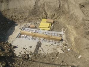 Das Ende eines Grabens, der noch nicht zugeschüttet ist. Deutlich sichtbar die neu abgedichtete Fuge.
