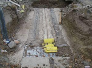 In der oberen Hälfte eine sanierte Fuge, die wie im unteren Bereich sichtbar, mit einer bewehrten Betonschicht geschützt wird.