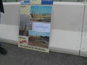 ) Auf einer Info-Tafel wurde die Erstellung der Gründung (Fundament) der Brückenpfeiler dargestellt.